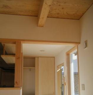 天井高さを抑えた玄関